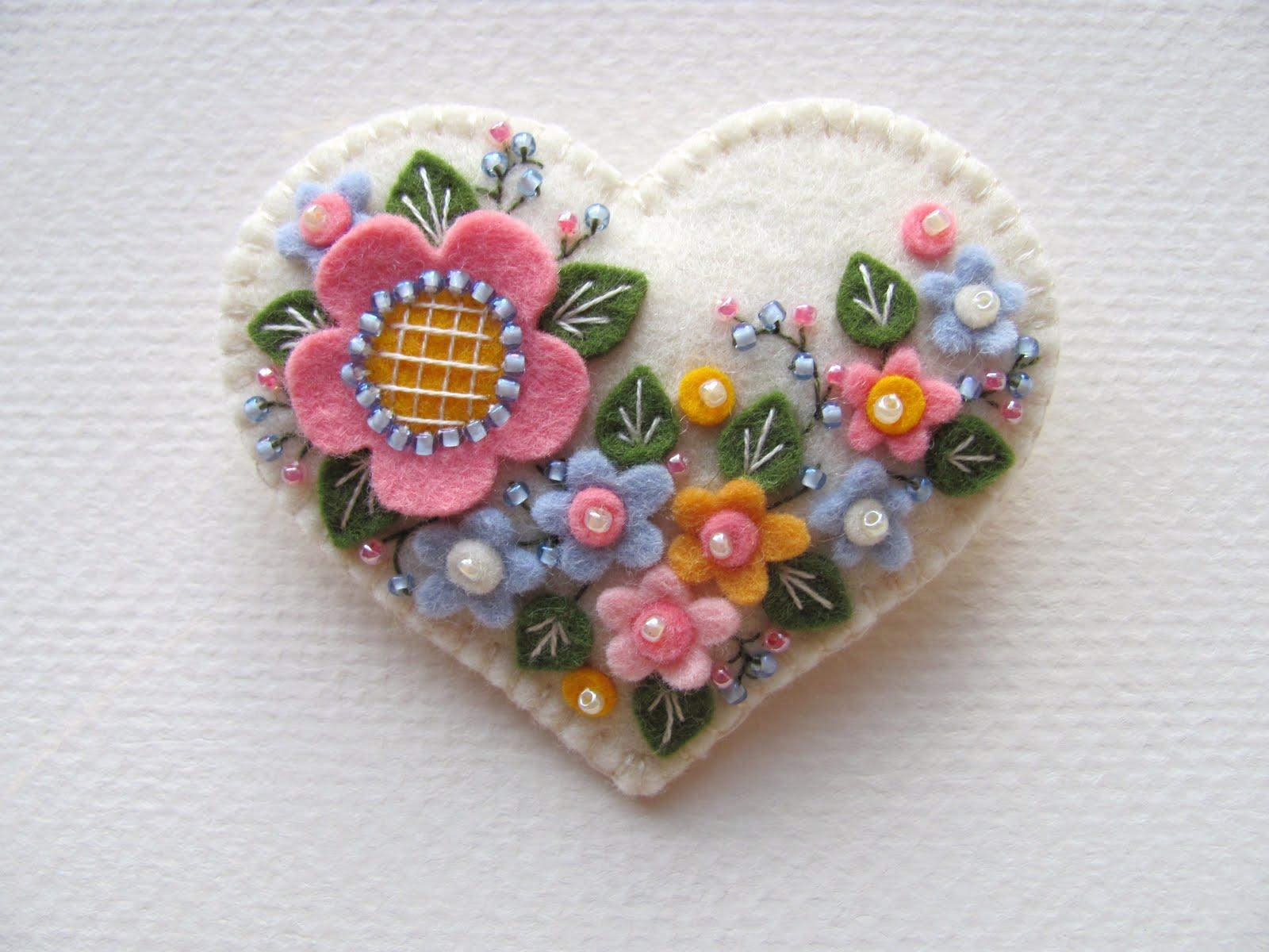 Безусловно, самой распространенным вариантом является брошь из фетра... различных цветов (голландских роз...